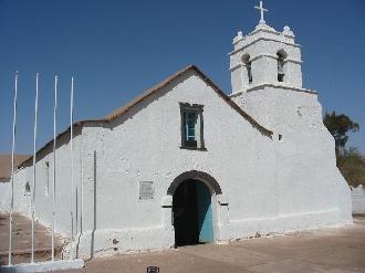村の素朴で白い教会