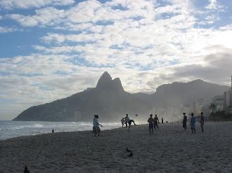 リオの海岸で遊ぶ少年達