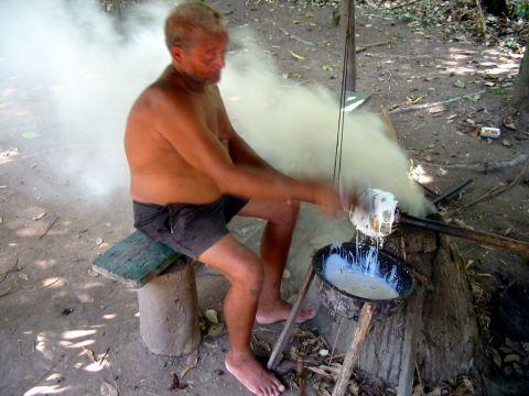 樹液を煮詰める