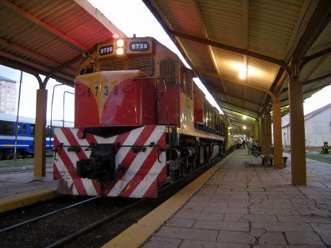 サルタ駅で発車を待つ
