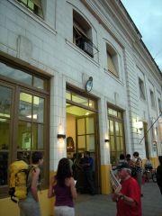 旅行者が集まる早朝のサルタ駅
