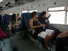 4人掛BOX席。往路が進行方向の席の人は帰りは逆になる。