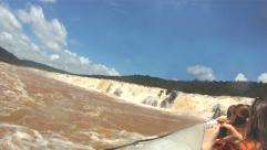 長さ3km、すべてを飲み込む「モコナの滝」