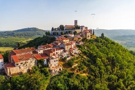 天空に浮かぶような、丘の上の小さな町モトヴン0
