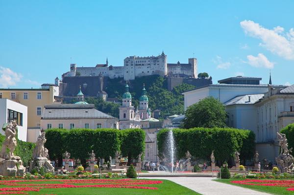 ミラベル庭園から眺めるザルツブルク城